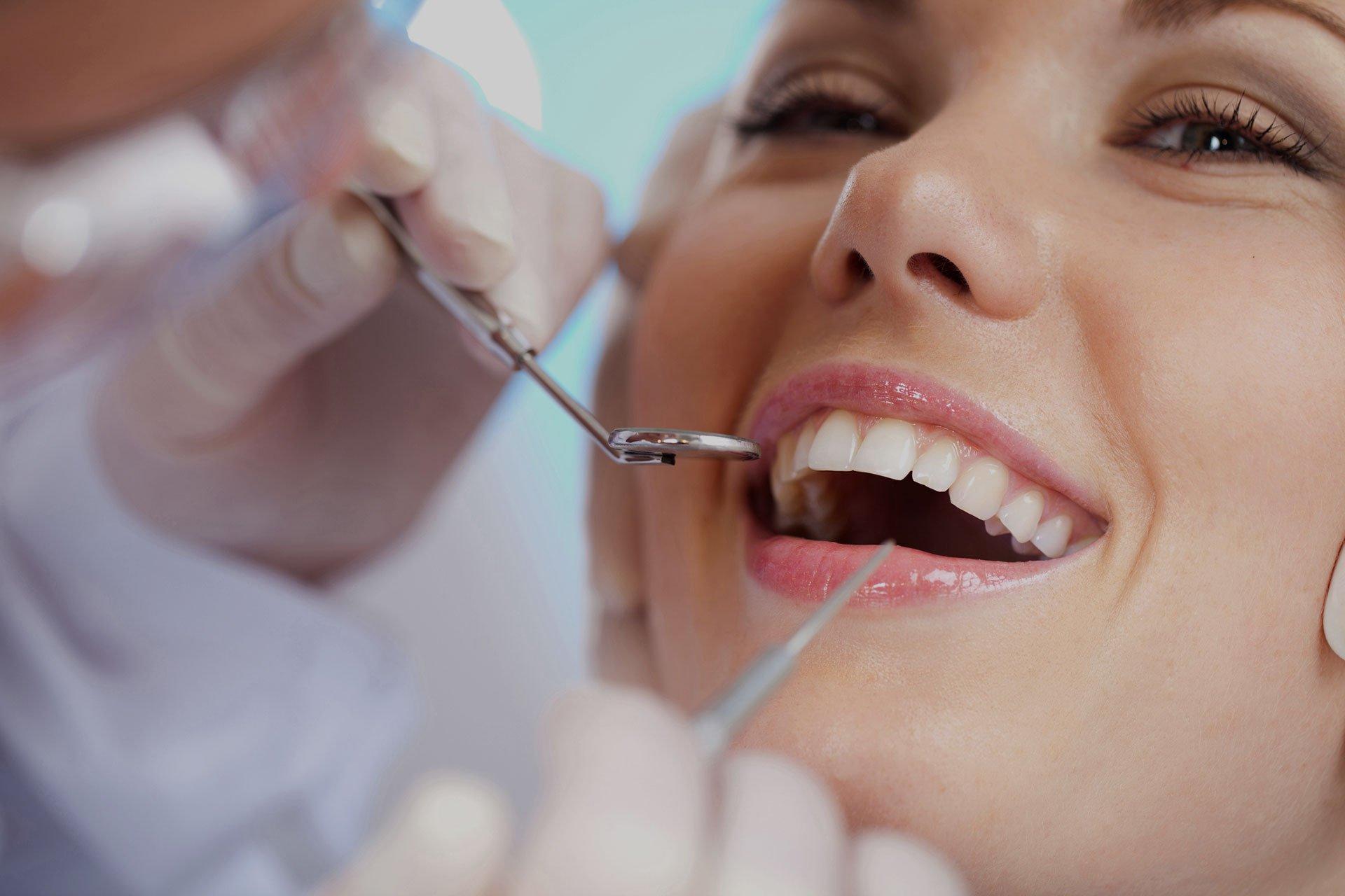 Как лечить зуб в домашних условиях, а точнее зубную боль